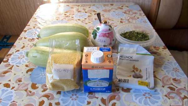 запеканка вВ летнюю жару мало кто хочет стоять у плиты или разогревать духовку. К счастью, есть современное кухонное оборудование, которое поможет решить эту проблему. Кабачковая запеканка в микроволновке – это вкусное, нежное и воздушное блюдо, которое можно смело подать на ужин. Мало калорий, но много витаминов. Кстати! Подобное блюдо разрешено людям, которые придерживаются лечебной диеты или правильного питания. Оно не жирное и легкоусвояемое. Всего несколько минут и все готово. Подготовительный процесс также не займет много времени. Рецепт настолько прост, что с ним справится даже ребенок. Запеканка из кабачков в СВЧ печи Нет ничего более нежного и сочного, чем запеченные овощи. По этому рецепту запеканки в микроволновке из кабачков получается вкусное и здоровое блюдо. Благодаря таким рецептам можно приобщить всю семью к овощам. Ведь это кладезь витаминов и полезных веществ. Микроволновая печь максимально сохранит полезные компоненты. микроволновке из кабачков фото 1