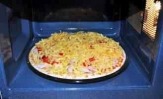 пицца на хлебе в микроволновке фото 6