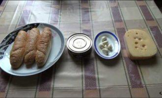 Готовим горячие бутерброды со шпротами в микроволновке