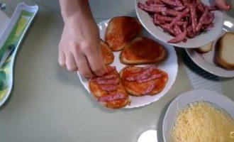 горячие бутерброды в микроволновке с колбасой и сыром фото 3