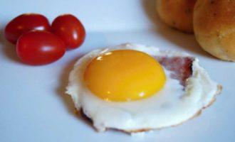 как пожарить яйцо в микроволновке фото 5